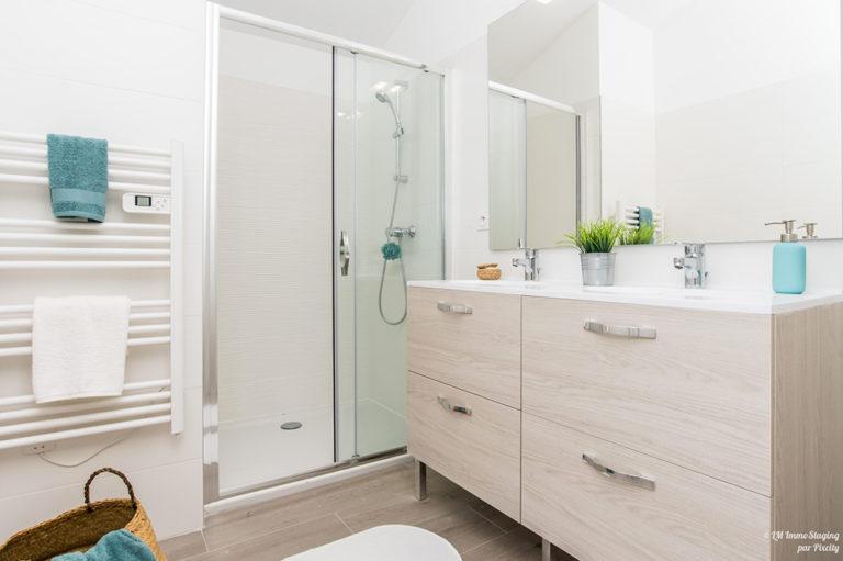 une mise en ambiance dans une salle de bain dans le cadre d'un home staging